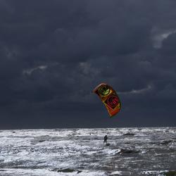 Kitesurfer bij Bergen aan Zee