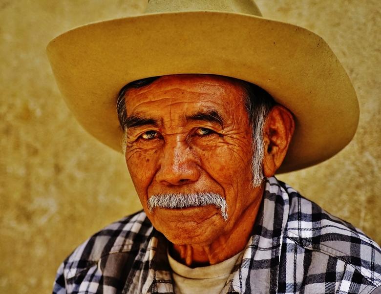 DSC00156 Mexicaan poserend voor z'n huisje - Nadat we netjes vroegen of hij gefotografeerd wilde worden begon hij te glunderen