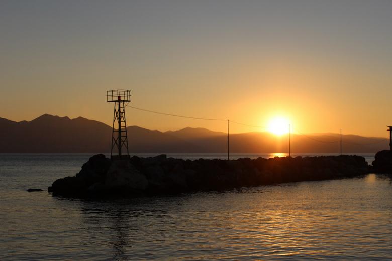 Sunset in Greece - Vorig jaar was ik voor een zeilorganisatie filmopnames aan het maken in Griekenland.<br /> <br /> In een van de prachtige baaien