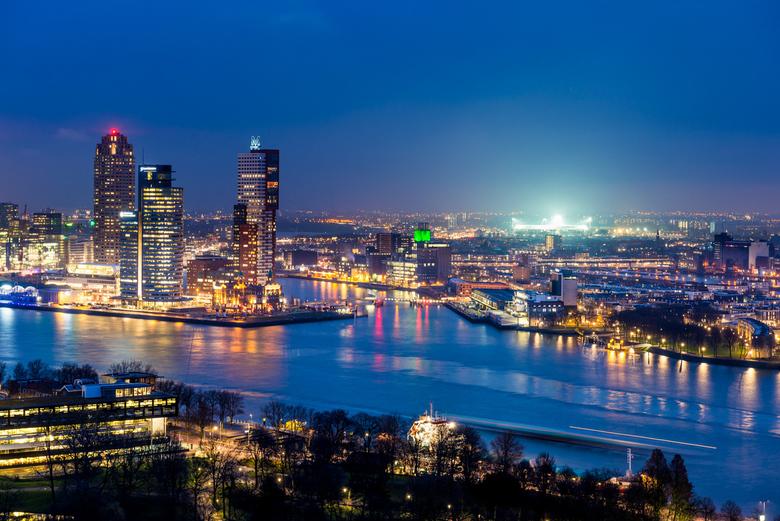 Rotterdam Skyline - de Kuip in de spotlights - Foto tijdens blue hour vanaf de Euromast. Wat erg op viel en leuk was is dat Feyenoord op dat moment ee