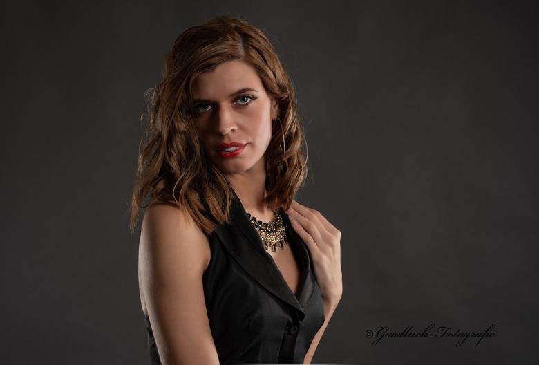 Beaty shot - Model Danielle in een studioshoot met een Godox 3 light setup.