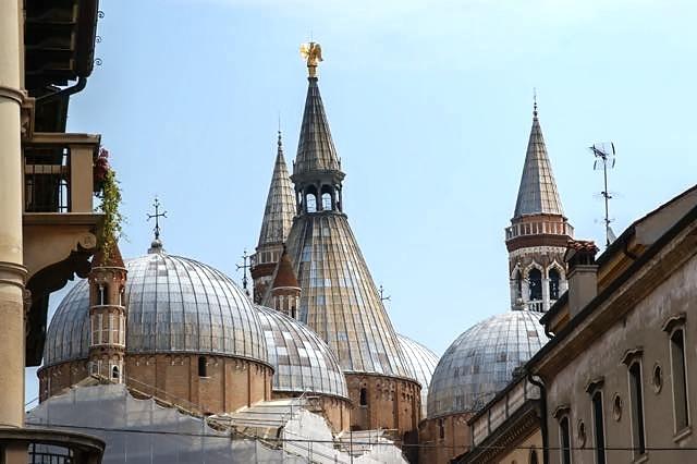 Daken - De kathedraal van Padua is een flink gebouw, maar het fraaiste is wel het dak dat bestaat uit verscheidene koepels en torentjes. Vanuit deze h
