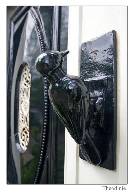 Daar wordt aan de deur geklopt. - Als je over Prinsengracht loop zie je de leukste dingen, zoals de deurklopper.<br /> <br /> Gr Theodinie
