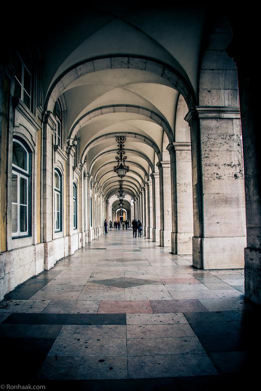 Passage - In het oude centrum van Lissabon zijn doorgangen en passages zoals deze te vinden. In ieder hoekje schuilt wel iets moois.