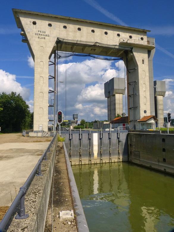 Amsterdsm Rijnkanaal en omgeving 461. - Prins Bernhard-Sluizen vormende scheepvaartverbinding tussen de rivier de Waal en het zuidelijk gedeelte van h