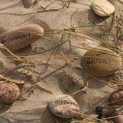 Stenen met een boodschap op het strand