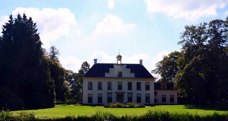 Huize Schouwenburg  - Deze foto genomen na een tip van de buurman in de plaats 't Harde dat daar een oud kasteel schouwenburg anno 1750 stond