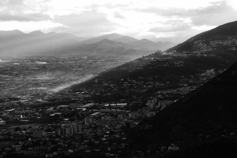 Zonsopkomst - Napels - De morgenzon ontwaakt en verwarmt de stad Napels, Italië.