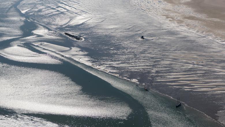 Drooggevallen op het Wad - Zeilschepen drooggevallen op de zandplaat de Richel in de Waddenzee voor Vlieland.