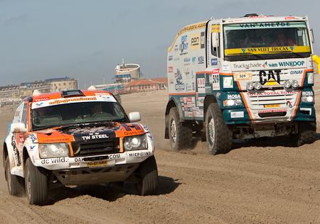 IJmuiden Dakar 2009 - Op de achtergrond de Boulevard van IJmuiden, op de voorgrond waar het vandaag allemaal pom draaide.