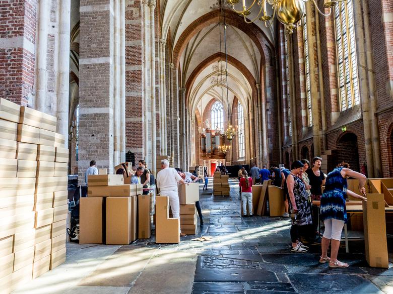 30 juni 2018 - De Franse kunstenaar Olivier Grossetête bouwt samen met 1250 (!) Deventenaren twee kartonnen torens van ruim 20 meter hoog en het kerkj