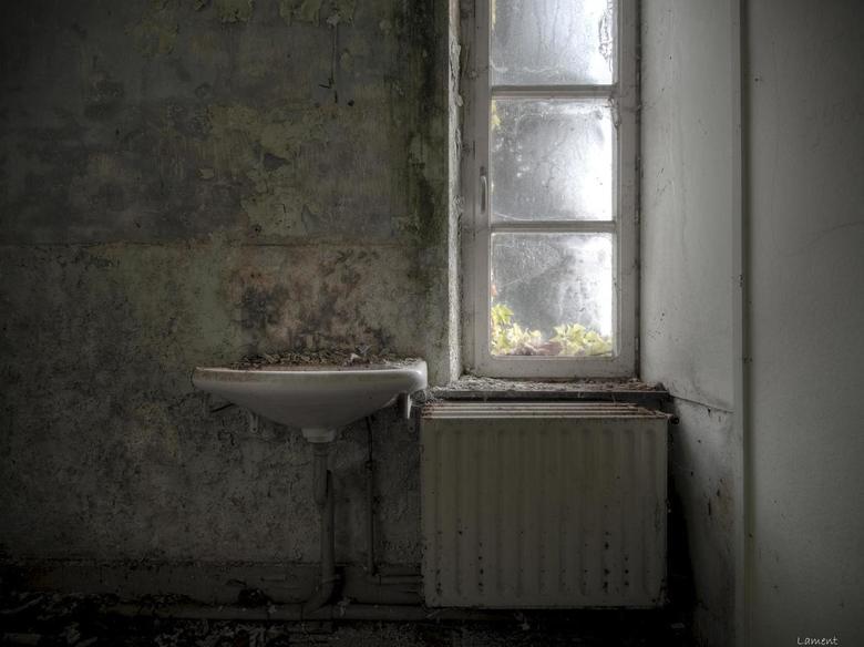 Wash your hands.. - Mooi verval in een verlaten kleuterschool.