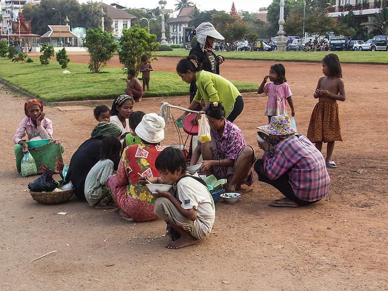 lunchpauze - lunchpauze voor de straatkinderen en de verkoopsters aan de Boulevard in PnomhPhen-Cambodja