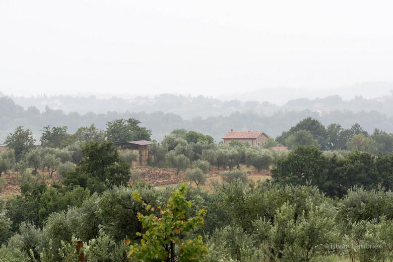 After the Rain - Landschap na ochtend van regen. Prachtige dau die langzaam wegtrekt tussen de heuvels van Lazio Roma.