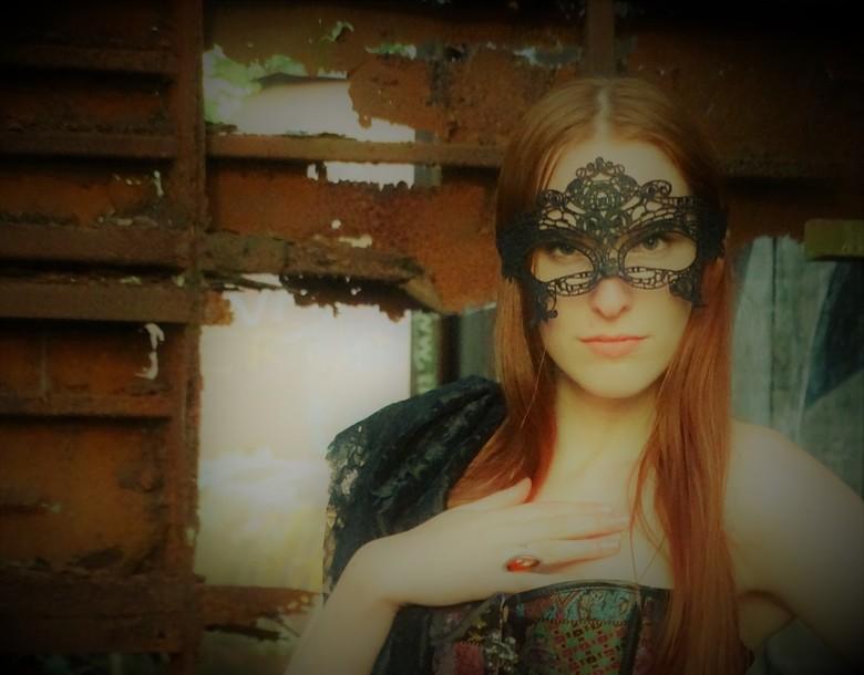 Liselotte - Liselotte staat heel mysterieus op de foto, genomen op een verlaten fabriek in de Achterhoek.