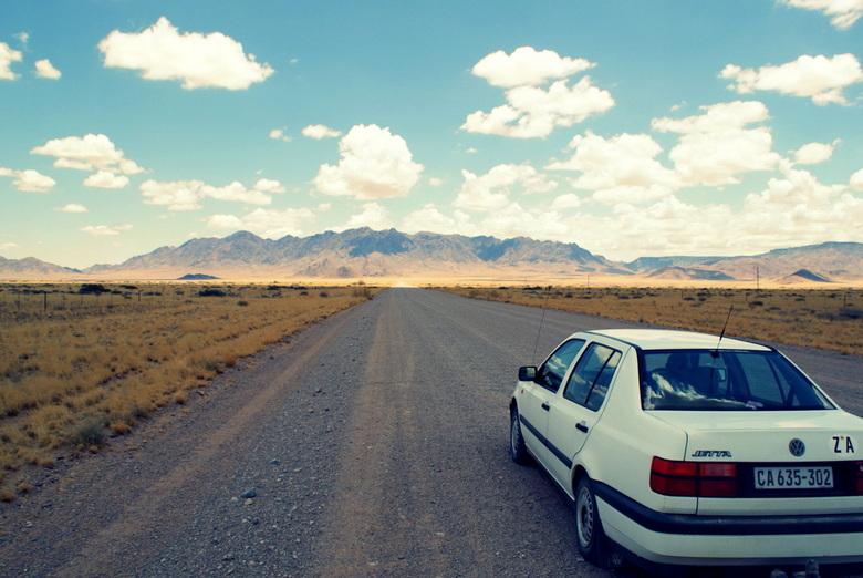 Mijn eerste auto - Met deze auto hebben wij een route afgelegd van 26.000 km door zuidelijk Afrika. Dit is op de weg van Sossusvlei naar Swakopmund. P