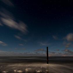 Schiermonnikoog, paal 6 bij maanlicht