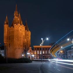 Sassenpoort in Zwolle met lichtstrepen van verkeer
