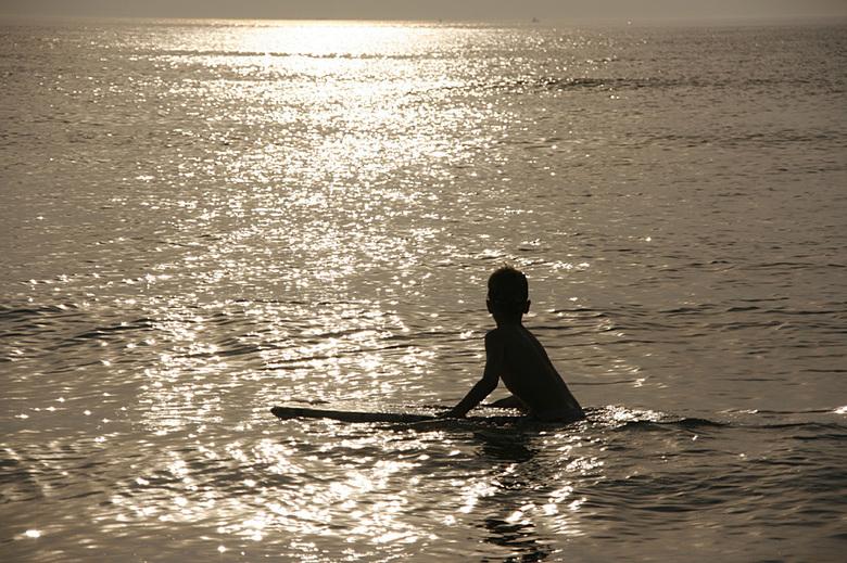 Sundown Surfer - Mijn zoon op z'n bodyboard bij een mooie zomerse zonsondergang in Katwijk