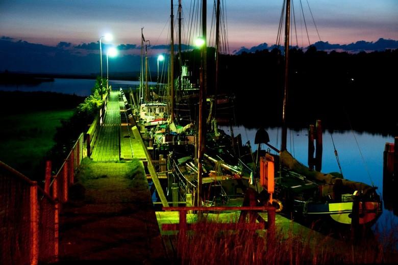 Nachtkleuren van Zoutkamp - Door de verschillende soorten licht krijg je ok 's nachts een bont kleurenspel