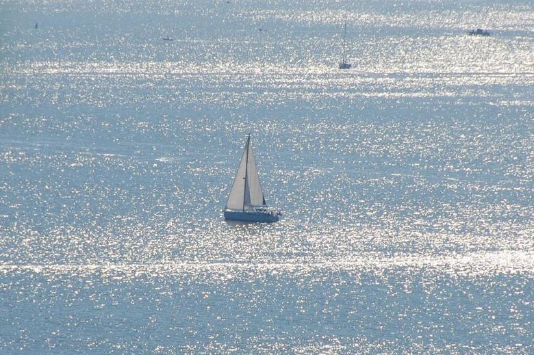 Zonreflectie op zee -