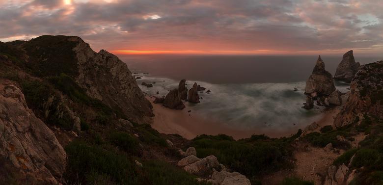 Praia da Ursa - De zonsondergang boven de onstuimige Atlantische Oceaan zet de lucht in vuur en vlam. <br /> <br /> Foto genomen van statief met een