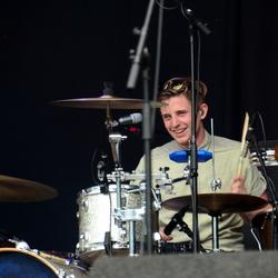 Drummer van The Brahms tijdens Wantijpop