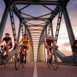 IJsselbrug zonsondergang met wielrenners