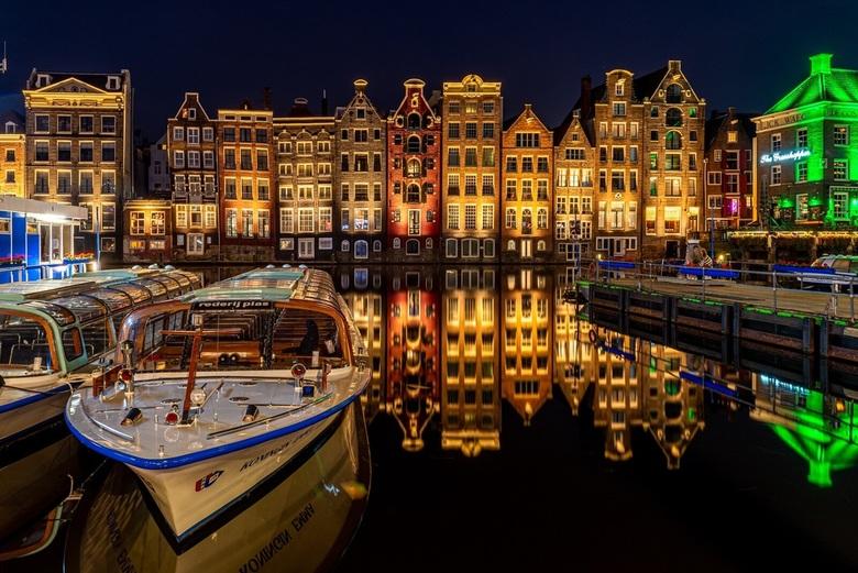 Amsterdam in rust - De dag voordat de beperkingen mbt Corona worden versoepelt, hierdoor de laatste kans om de druk bevaren Damrak, spiegelglad vast t