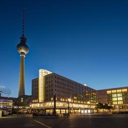 Berlijn Alexanderplatz met Weltzeituhr en Fernsehturm avond