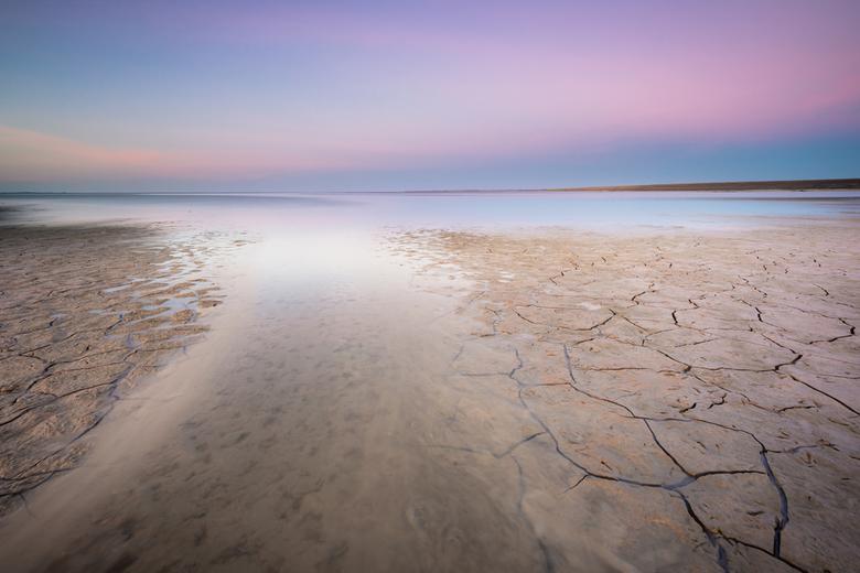 Moddergat - Na een ietwat saaie zonsondergang kleurde de hemel nog wel even mooi in het oosten. Toepasselijk tot aan de knieen in de modder. Het opkom