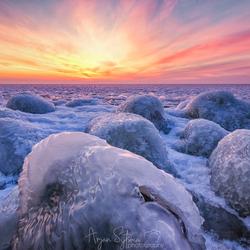 Een brandende lucht over een ijskoud IJsselmeer