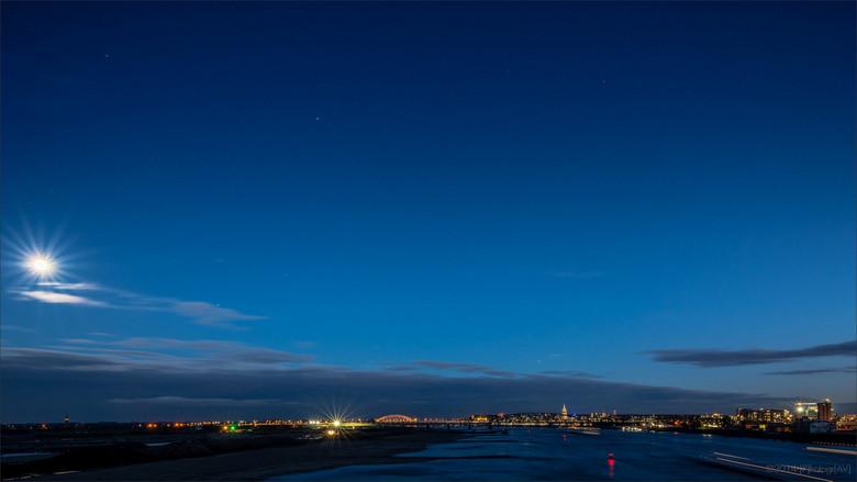 """Overwaal, Nijmegen - Panorama over de Waal met zicht op Nijmegen en """"De Overloop"""". De uiterwaarden zullen hier de komende jaren flink gaan v"""