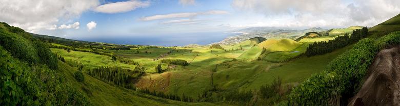 Azoren Panorama - Deze foto bestaat uit meerdere foto's en geeft een goede indruk van het met gras bedekte vulkanische eiland Sao Miguel op de Az