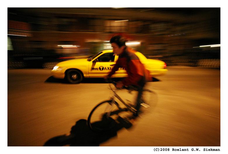 Fiets/Taxi in New York - Ik stond hier al een tijd voorbijrijdende auto's te fotograferen in een meegaande beweging toen er ineens een fietser vo
