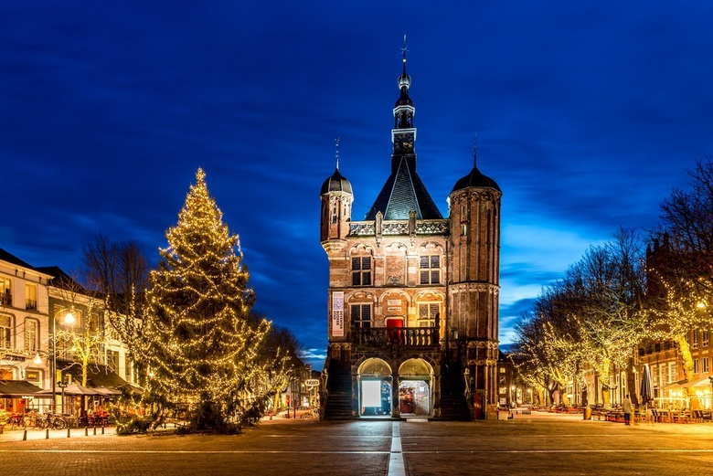 Kerstsfeer op de Brink - Deventer - De Waag in Deventer op de Brink op 3e kerstdag tijdens t blauwe uurtje.