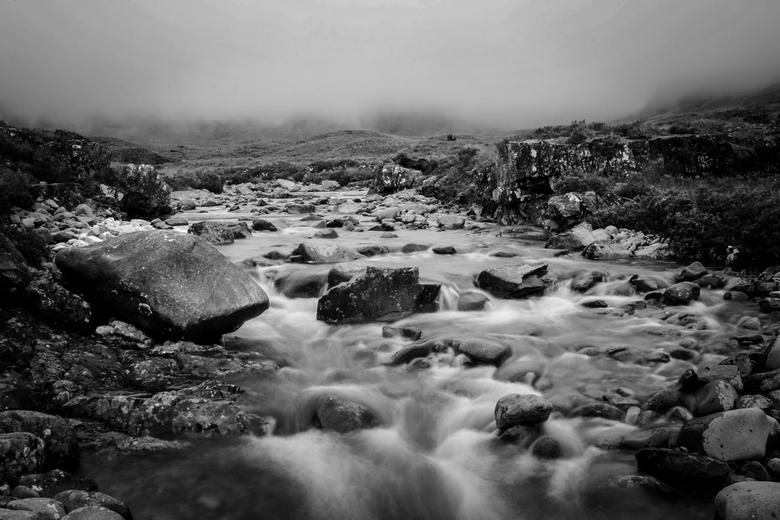 Flowing down - keertje een zwart-wit foto vanuit Schotland. Nog een opname van de Fairy Pools op Isle of Skye