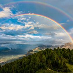 Dubbele regenboog over de Dolomieten, Oostenrijk.