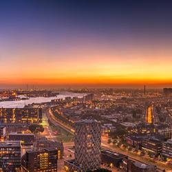 Zon- en maanlicht over Rotterdam