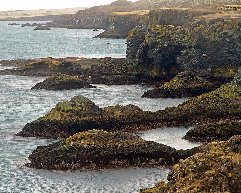IJsland 84 - De basaltblokken liggen hier alle kanten op.