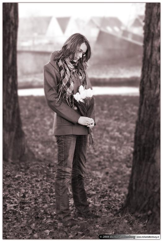 Waiting in vain - Hoe lang zal ze hier al gestaan hebben, wachtend op haar geliefde? En het was al zo koud die dag!<br /> <br /> (model: Melissa)