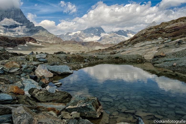 Trockener Steg, Zwitserland. - Op de terugweg van de Klein Matterhorn bij een tussenstop uit de kabelbaan gestapt en hier gewandeld. Links nog net een