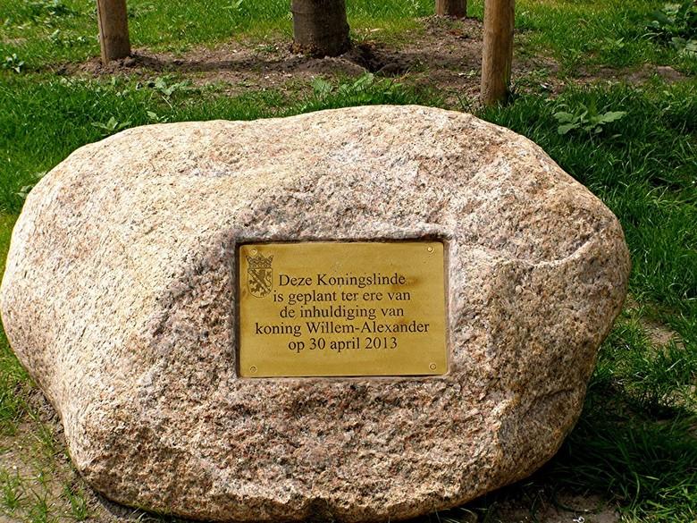 SCHIEDAM BEATRIXPARK  - SCHIEDAM BEATRIXPARK <br /> <br /> Steen met tekst voor het planten van een Konings Linde in het park.