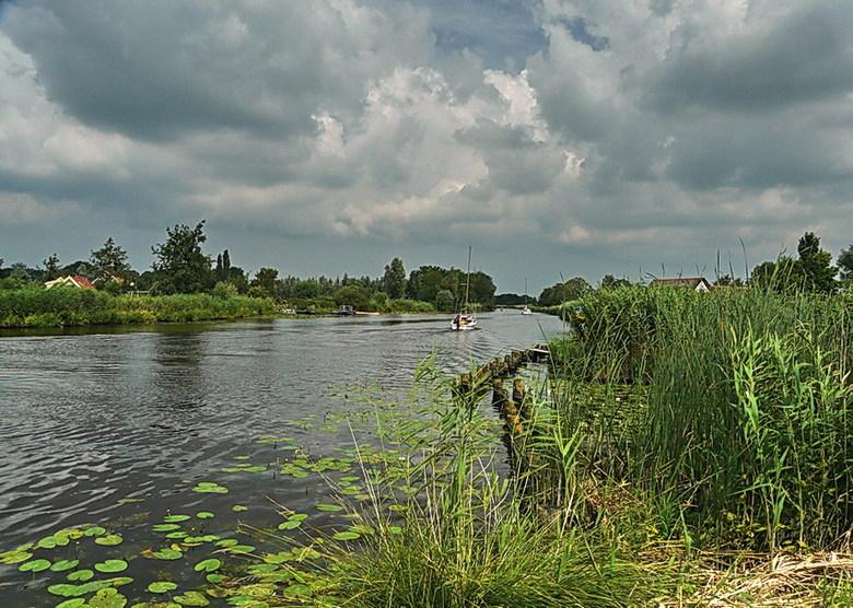 Kromme Mijdrecht en omgeving 54. - Doorkijk over de rivier de Kromme Mijdrecht en omgeving bij de Woerdense verlaat.<br /> 10 juli 2011.<br /> Groet