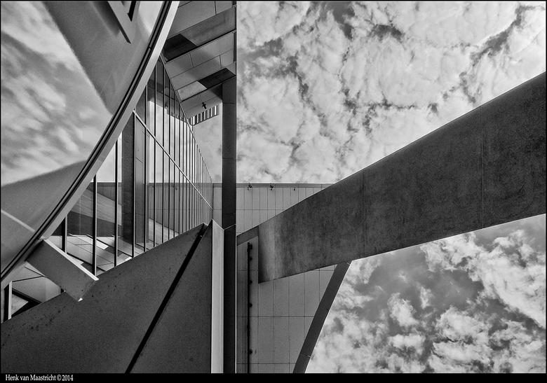 Eindhoven-04 -  Het Kadaster in de wolken.