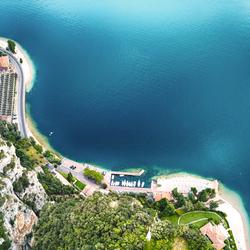 Top/Down foto van de haven van Tignale, ltalië