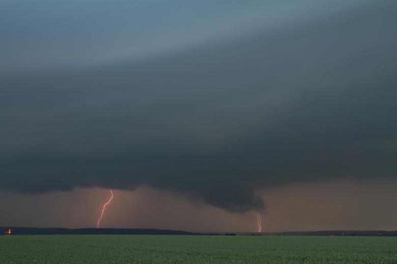 Stormy sky's - Als liefhebber van onweer een uitgelezen kans om de nieuwe gear te testen.<br /> Net deze dag werd ik de eigenaar van een gloednieuwe