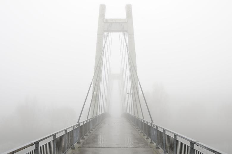 Bridge to the light - Wat een mooie foto`s kun je maken door te spelen met de mist.