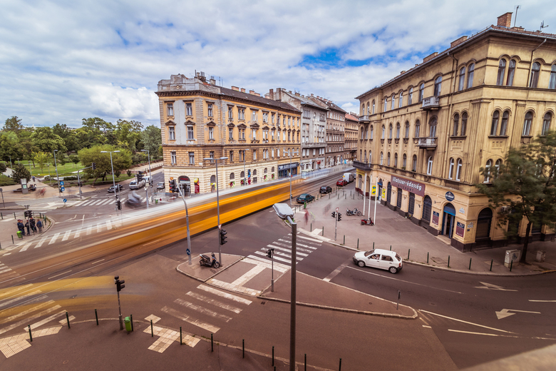 Streets of Budapest - Uitzicht vanaf ons appartement in Budapest. Op dit kruispunt gewerkt met een lange sluitertijd om de tram in beweging te krijgen