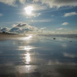 Een zonnig strand in tegenlicht